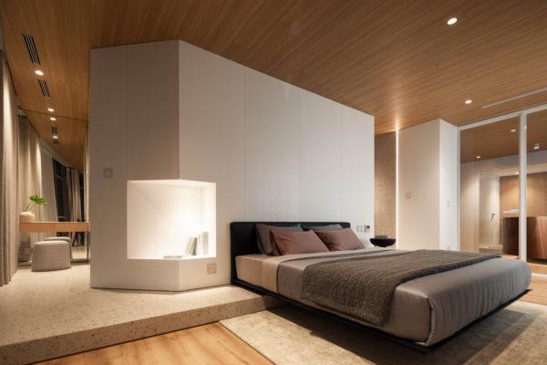 它仍然是一個中性的室內房間,但男孩確實感覺光滑且室內設計精心的策劃。