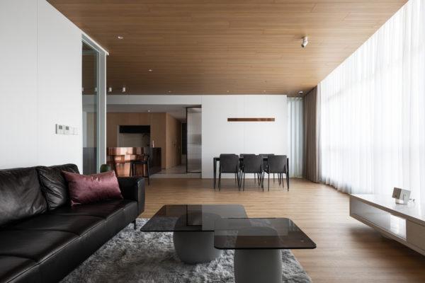 它可以通過桌面,沙發,甚至可以是白色牆壁上的室內設計藝術品。