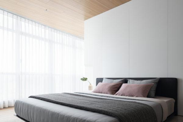 無光澤和光澤,粗糙和光滑。您希望所有這些都在您的中性室內設計客廳中。