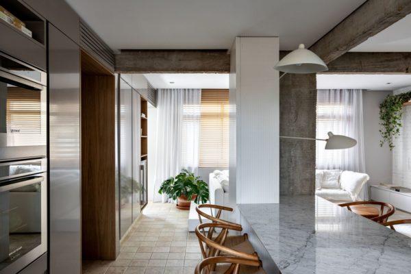 這麼多人的客廳裡有白色的牆壁,試圖以室內設計引起人們的興趣。