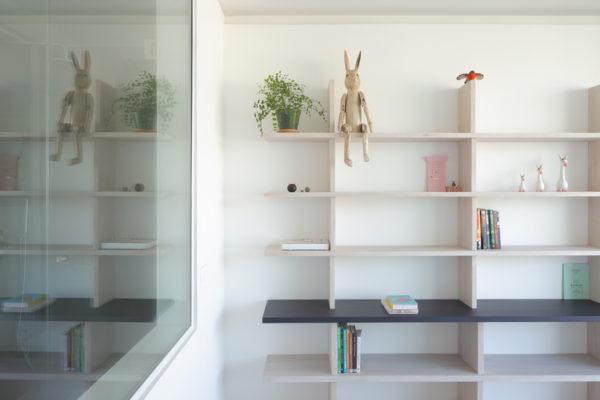 桌子下方增加柔軟度也是減少室內設計環境中所有這些硬質感的沉重感覺的好方法。