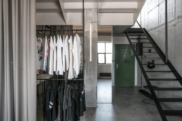 藝術材質的選用,是室內空間分隔設計中直接關係到使用效果和經濟效益的重要環節。