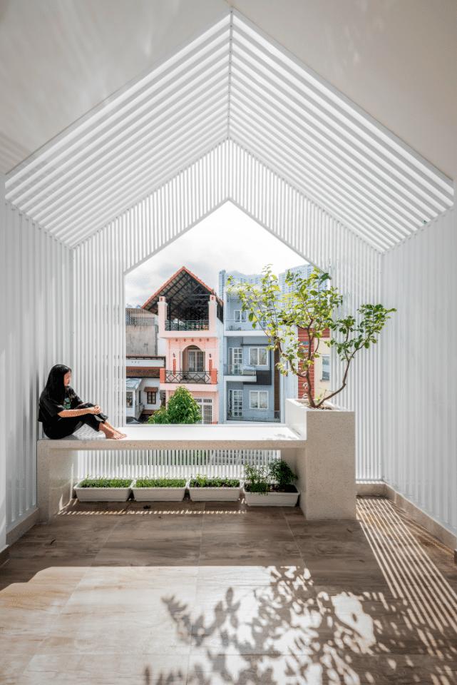 這是一座具有意義的三層住宅室內設計,它成為疫情下的一道光