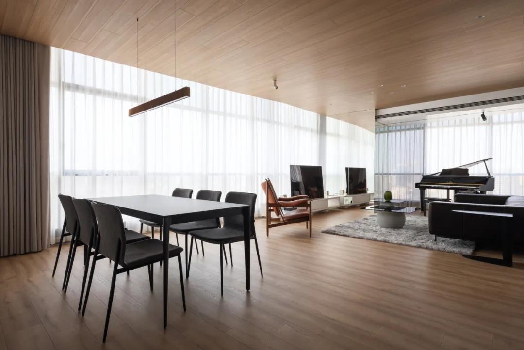 室外的喧囂吵鬧與室內設計的寧靜溫馨,在這達到了平衡