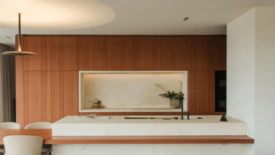 經典的櫻桃木,讓這套頂層公寓室內設計看起來高級又溫馨
